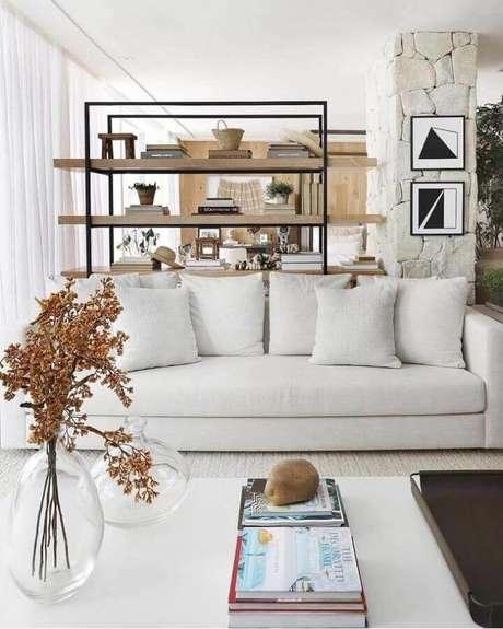 39. Sala decorada com sofá branco e vasos de vidro – Foto: Andrezza Alencar