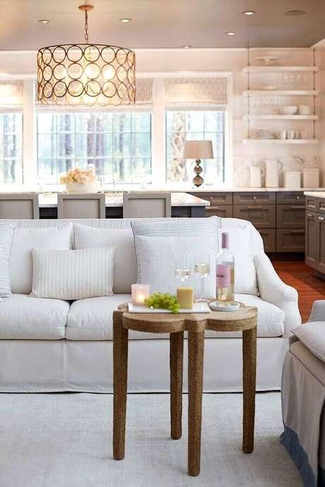 35. Sala de estar integrada com sala de jantar decorada com sofá branco – Foto: Assetproject