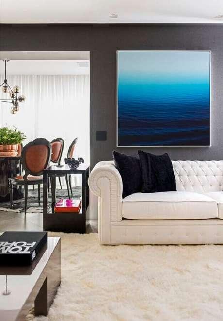 40. Sofá branco com acabamento capitonê clássico para decoração sofisticada de sala com tapete felpudo – Foto: Maurício Karam Arquitetura