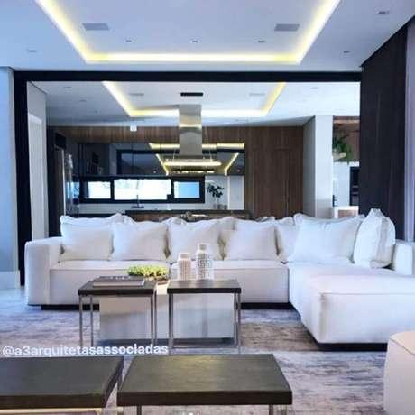 42. Sala moderna decorada com sofá de canto branco – Foto: Carla Ribas e Camilla Mota