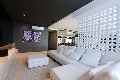 44. Sala moderna decorada com parede de cobogó e sofá de canto branco – Foto: Pinterest