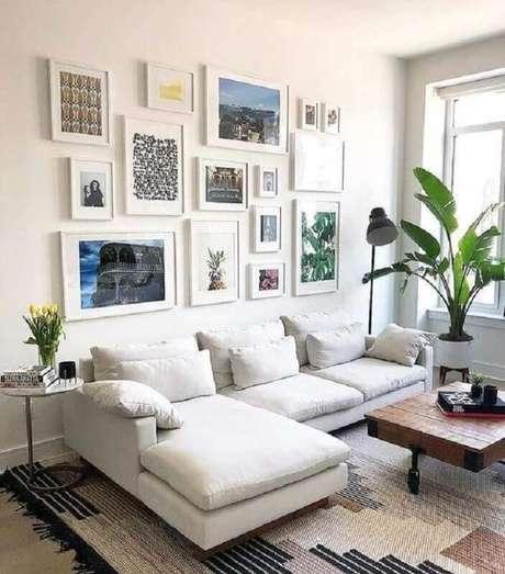 47. Sala pequena decorada com sofá branco com chaise e vários quadros decorativos – Foto: We Heart It