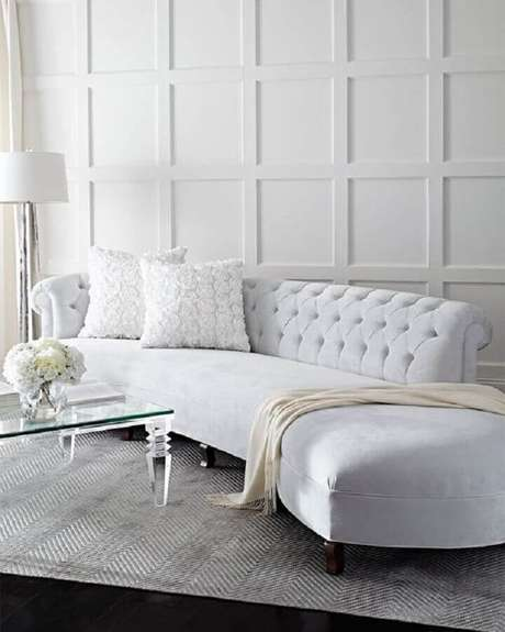 48. Sofá branco com design sofisticado e acabamento capitonê no encosto – Foto: Neiman Marcus