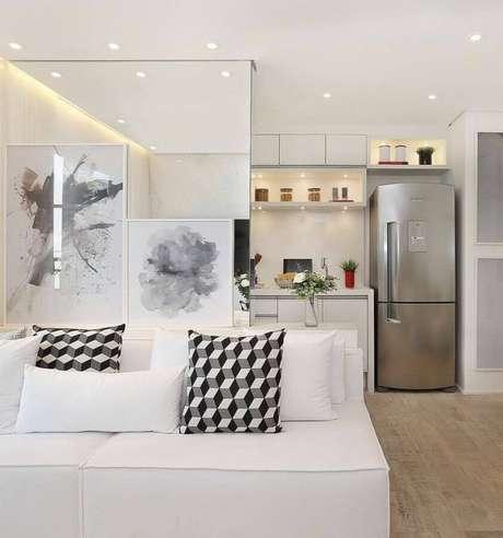 51. Invista em almofadas estampadas para decoração de sala com sofá branco – Foto: Assetproject