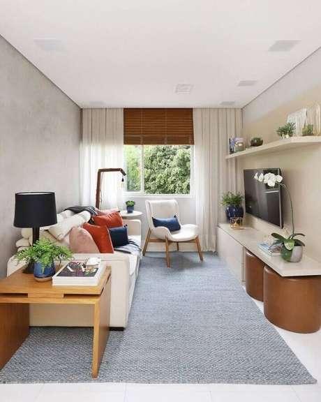 55. Sala pequena decorada com almofadas coloridas para sofá branco – Foto: Attic – Interior Design