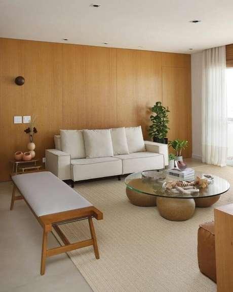 58. Sofá branco para sala decorada com mesa de centro de vidro – Foto: Quattrino Arquitetura