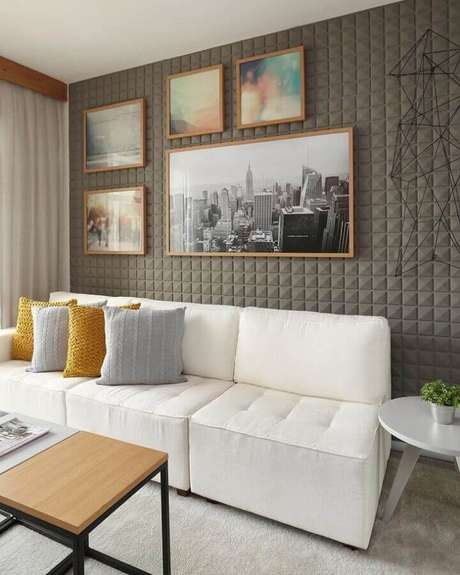 60. Sofá branco para sala moderna com revestimento 3D e almofadas de crochê – Foto: Sesso & Dalanezi Arquitetura