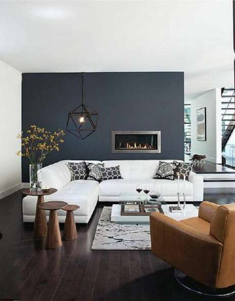 62. Sala ampla decorada com sofá branco de canto e lareira elétrica – Foto: Wall Design Ideias