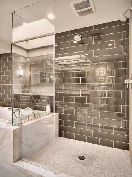 75. Traga requinte para o ambiente incluindo azulejo para banheiro estilo metrô. Fonte: Pinterest