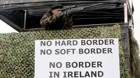 Grupos contrários ao Brexit já se manifestaram na fronteira da Irlanda com placas e fantasias militares