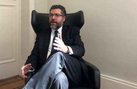 Chanceler Ernesto Araújo fala durante entrevista à Reuters no Rio de Janeiro 28/08/2019 REUTERS/Gabriel Stargardter