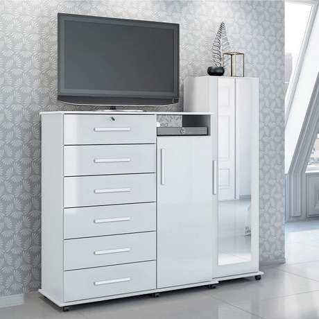 23. A cômoda conta com a presença de uma sapateira com espelho, suporte para TV e 6 gavetas. Fonte: Pinterest