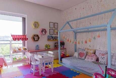 8. Cama casinha azul para quarto colorido – Por: Pinterest