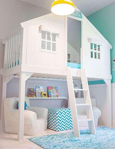 11. Cama casinha branca com parte de baixo para escrivaninha e poltronas – Por: Criatives