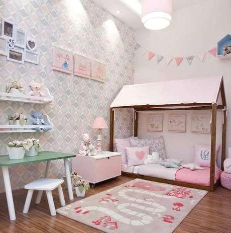 14. Cama casinha com um lindo tapete para crianças brincarem – Por: Ambiente Bebê