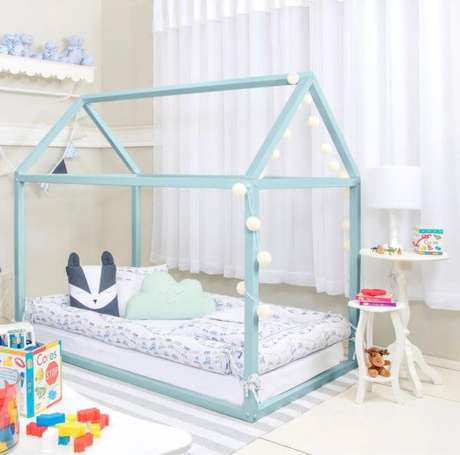 16. Cama casinha com luzes e decoração azul – Por: Pinterest