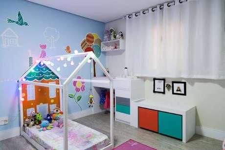 18. A cama casinha é uma ótima opção para uma decoração de quarto colorida e linda – Por: Folha
