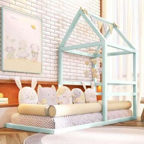 7. Cama de casinha com detalhes lindos na decoração – Por: Grão de Gente