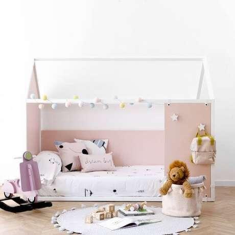20. Deixe ao menos um tapete por perto da cama com casinha para que seus filhos não peguem a friagem do chão ao sair da cama – Por: Kenay Home