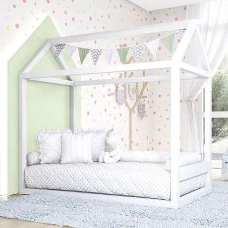 22. A decoração do quarto infantil não precisa ser colorida, a cama com casinha também combina muito com os tons mais claros e neutros – Por: Grão de Gente