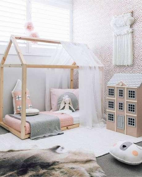 23. Cama casinha com cortina de renda por cima da estrutura – Por: Concept Store