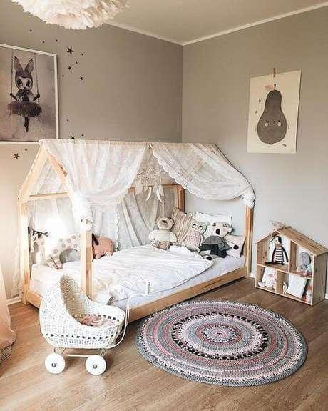 2. Cama casinha montessoriana neutra com cortina de renda – Por: Criando com Apego