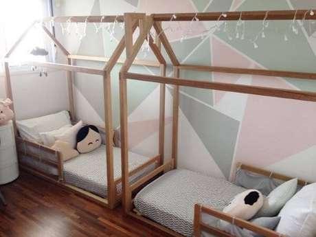 33. Cama montessoriana para quarto compartilhado – Por: Pinterest