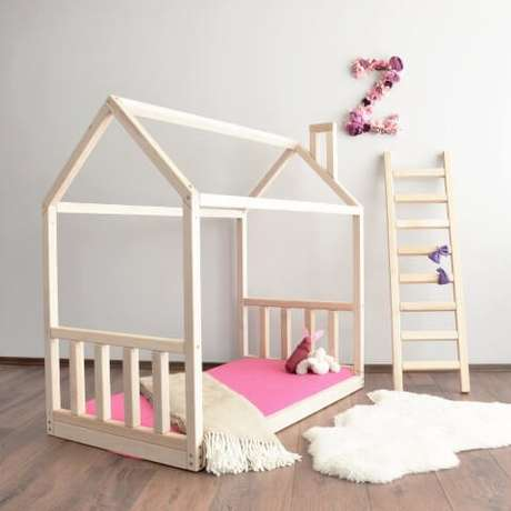 36. Cama montessoriana para quarto simples com cor de rosa – Por: Pinterest