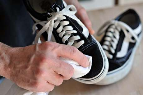 9. Como tirar mofo dos sapatos que ficam armazenados na sapateira com espelho. Fonte: Pinterest