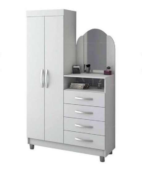 25.Sapateira com espelho em formato de cômoda conta com duas portas e 4 gavetas. Fonte: Pinterest