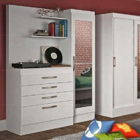 10.Sapateira comespelho segue o formato de uma cômoda branca com 4 gavetas e prateleiras. Fonte: Pinterest