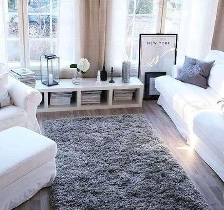 7. O tapete felpudo cinza é super confortável e sofisticado para decoração de salas e quartos – Foto: Zozu