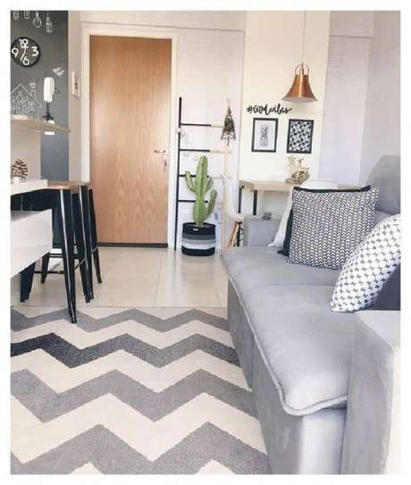 3. Sala pequena decorada com tapete chevron cinza – Foto: Pinterest