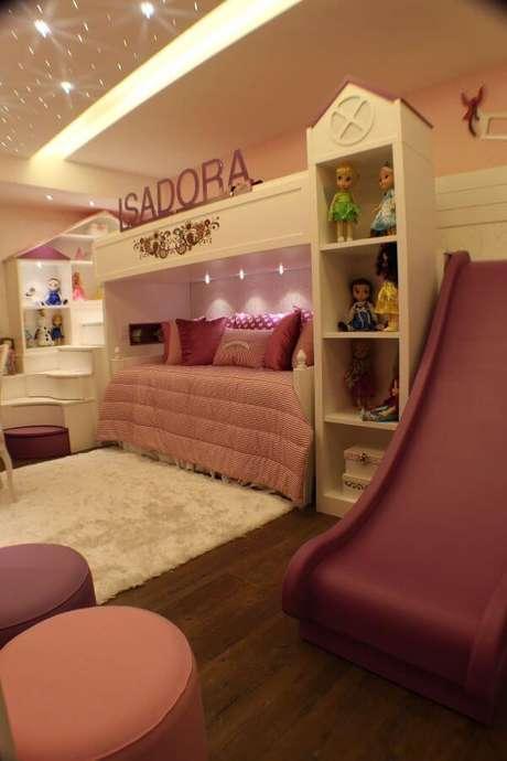 42. Decoração para quarto de menina com cama de casinha e escorregador – Por: Andrea Bento