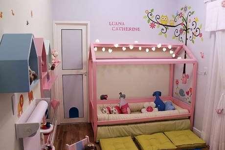 47. Cama casinha para quarto de menina com adesivos na parede – Por: Andrea Bento