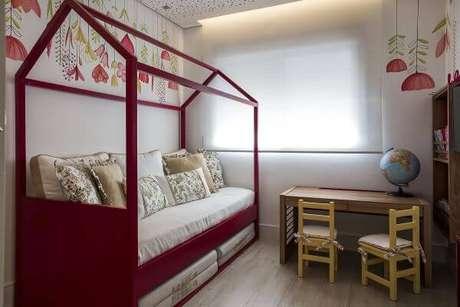49. Vermelho também é uma boa opção para usar como cama casinha no quarto de menina – Por: Helena Koki