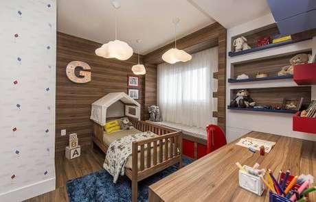 56. Quarto de menino com cama casinha e lustres de nuvem – Por: Espaço do Traço