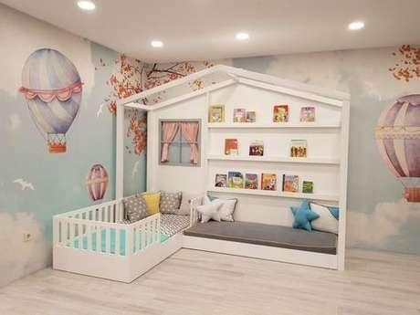 55. Decoração de quarto com cama casinha branca e papel de parede de balão – Por: Revista VD