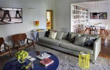 10. Decoração simples com tapete cinza felpudo para sala de estar com poltronas de madeira – Foto: Roberta Moura + Faria + Mambrini Arquitetos Associados