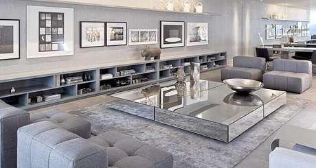 11. Decoração sofisticada com tapete cinza claro para sala ampla com mesa de centro espelhada – Foto: Vânia Paulino