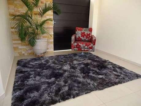 13. Tapete cinza mesclado felpudo para decoração de hall de entrada com poltrona estampada – Foto: Ventro