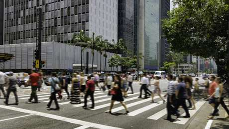 Pessoas atravessam Avenida Paulista, em São Paulo (Imagem ilustrativa)