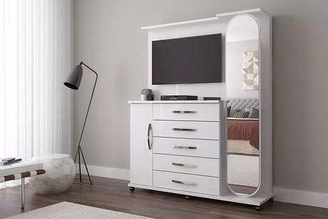 7. Cômoda de sapateira com espelho e painel para TV. Fonte: Pinterest