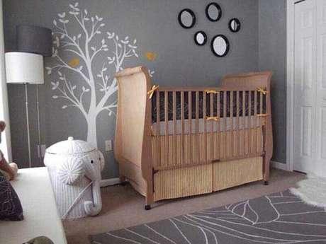 14. Quarto de bebê decorado com berço de madeira, tapete cinza e adesivo de parede em formato de árvore branca – Foto: Home Decor Ideas