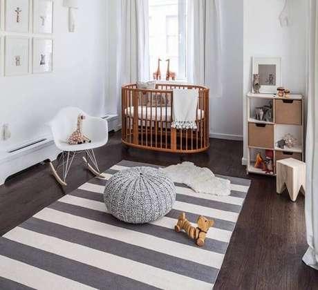 15. Decoração para quarto de bebê com tapete cinza e branco listrado e quadrinhos brancos decorativos – Foto: Elo7