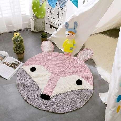 17. Quarto infantil decorado com tapete rosa e cinza com carinha de raposa – Foto: AliExpress