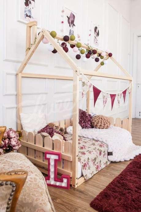 61. Quarto com detalhes em cor de rosa e cama casinha – Por: Pinterest