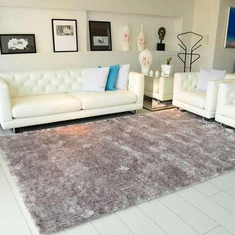 19. Sala de estar decorada com sofá branco e tapete cinza mesclado felpudo – Foto: Pinterest
