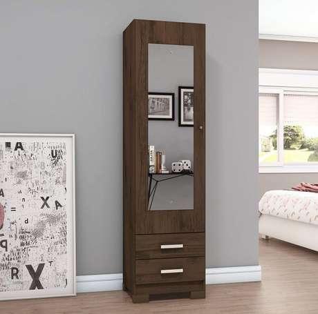 31. Sapateira com espelho e duas gavetas com acabamento de madeira escura. Fonte: Madeira Madeira