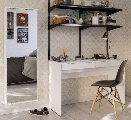 36. Sapateira com espelho embutida na parede aumenta a área de circulação no quarto. Fonte: Madeira Madeira
